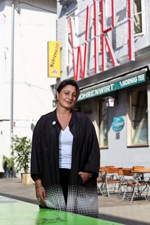 Intendantin Veronica Kaup-Hasler im Festspielbezirk. Dieser wird von Marusa Sagadin mit übermannsgroßen Leuchtschriften markiert.