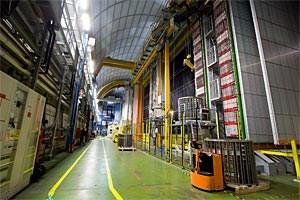 In dem riesigen unterirdischen INFN Gran Sasso Labor in den italienischen Abruzzen wurden die in CERN losgeschickten Neutrinos nachgewiesen. Verblüffenderweise waren sie um durchschnittlich 60 Nanosekunden kürzer unterwegs als erwartet.