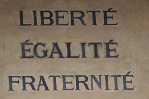 Inschrift von der rechtswissenschaftlichen Fakultät der Sorbonne.