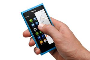 """Die Steuerung erfolgt ganz und gar per Touchscreen, es gibt keinerlei Hardware- oder Soft-Touch-Knöpfe für diese Aufgaben. Per """"Swipe"""" wird zwischen den Anwendungen gewechselt."""