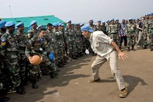 """Benthall über den Unterhaltungswert von Medien: """"George Clooney: Der 'sexiest man alive' wirbt für Nespresso und ist gleichzeitig UN-Botschafter für den Frieden."""""""