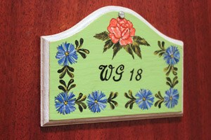Ein Türschild weist den Weg zur Wohngemeinschaft des Vereins Struktur in einem Wiener Wohnhaus