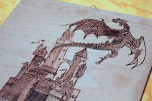 Eine seiner Holzbrandmalereien