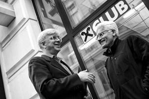 Clemens Staudinger (links) und Lutz Holzinger kämpfen gegen die Raiffeisen.