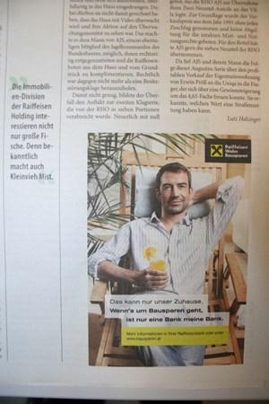 """Raiffeisen-Werbesujets werden von der Zeitung """"Augustin"""" neben Artikel gestellt, die das Firmenkonglomerat kritisieren."""