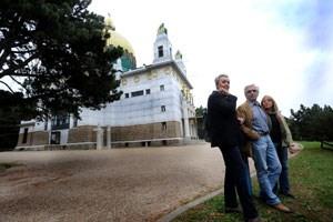 VertreterInnen der Bürgerinitiative vor der Otto Wagner-Kirche auf den Steinhofgründen