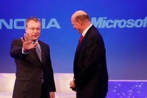 Nokia-Chef Stephen Elop und Microsoft-Chef Steve BallmerAm vergangenen Donnerstag veröffentlichte der Handy-Weltmarktführer seine Geschäftszahlen. Nokia steckt weiter in den roten Zahlen fest. Im dritten Quartal fiel ein Verlust von 68 Mio. Euro an, im Vergleich zu 529 Mio. Euro Gewinn vor einem Jahr. Der Umsatz sank um 13 Prozent auf 8,98 Mrd. Euro.