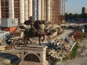 Skopje setzt auf viel Geschichte: Die Statue von Petar Karposh (17. Jahrhundert), dahinter das Archäologische Museum.....