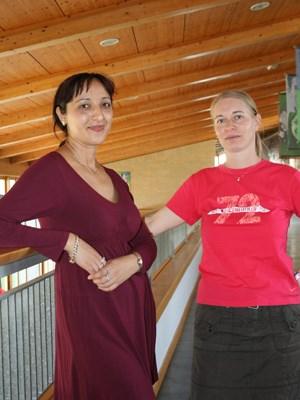 Maria Farkas (links) unterrichtet Volkskunde, ihre Kollegin Anett Szücs Musik.