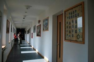 Die Wände der Schule zieren Kollagen mit den Porträtfotos der Absolventen.
