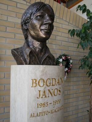 Die Büste des Schulgründers János Bogdán, der 1999 verunglückte.