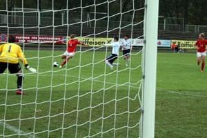 Bayern-Spielerin Laura Feiersinger brachte das ÖFB-Team nach einer Viertelstunde auf die Siegerstraße, hämmerte den Ball aus dieser Position unter die Latte.