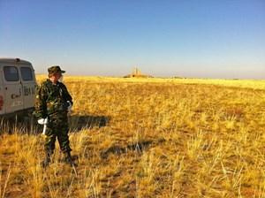Ein Soldat mit Geigerzähler auf der Technical Area P-1; hinten eine Messstation.
