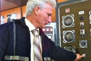 Herr Oleg drückt den Knopf, mit dem die Explosionen ausgelöst wurden.