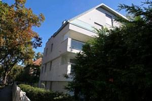 Seit 2008 steht dieses Haus im noblen Wiener Cottageviertel leer. Es verstoße gegen die historischen Bauvorschriften, meint der Cottageverein. Die Gerichte haben noch nicht entschieden.