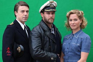 Offizier Thomas Mortimer (Andrew Buchan, links), Kapitän Hartenstein (Ken Duken, Mitte) und Hilda Smith (Franka Potente).