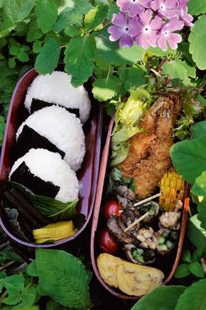 Onigiri, Reisbällchen, werden auch gerne als Kleinigkeit zwischendurch gegessen.