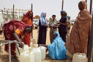 Gender Advisers und Gender Field Advisers kümmern sich zum Beispiel um Wasserversorgung und ganz generell um die Wahrnehmung der unterschiedlichen Bedürfnisse von Frauen und Männern in Krisengebieten.