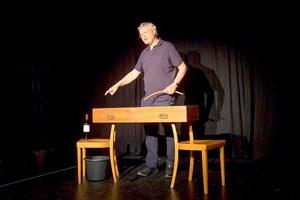 """Gerhard Polt wartet in dem kurzen Film """"Der Gedanke"""" ungeduldig und mit einer Flasche Bardolino auf einen neuen Gedanken. Das Möbelobjekt """"Ausschnapsn"""" von Martin Walde wird dabei als Ko-Darsteller ausgewiesen."""