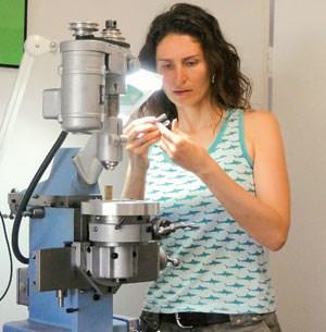 Eva Leube bei der Arbeit an ihrer Uhr namens Ari. Vier Jahre benötigte sie für das Stück, das es in die Vorauswahl des Grand Prix de l'Horlogerie de Genève schaffte und das derzeit um die halbe Welt tourt.