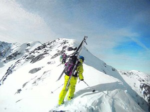 """Geführte Reise: """"The Trip"""" nennt sich ein von zwei Ausbildnern des Alpenvereins-Jugend-Backcountry-Sicherheitsprogrammes """"Risk'n'Fun"""" gegründetes Reiseprojekt für Freerider (Snowboarder wie Skifahrer) an Destinationen abseits der allseits bekannten Tourenregionen. Mindestens ein Bergführer ist immer mit von der Partie. Im Vorjahr fand die Reise in die Hohe Tatra zum ersten Mal statt, Termin heuer ist Ende Februar. Achtung: Nichts für Anfänger! www.yellowtravel.netWenn die Schneesituation nicht optimal ist, raten slowakische Bergführer und Hoteliers ihren Tourengästen, in den polnischen Teil der Hohen Tatra zu fahren (Zakopane): Dort zeigen die Hänge nach Norden, sind also schneesicherer."""