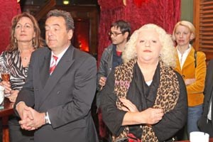 Promi-Dichte ausbaufähig: Immerhin Sängerin Marika Lichter (2.v.r.) war da, die Besucherin ganz rechts ist LiF-Obfrau Angelika Mlinar.