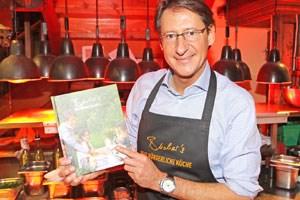 """Der BZÖ-Chef kocht heute """"bürgerlich"""", im Jahre 2003 half Bucher, damals als FPÖ-Politiker, Jörg Haider noch bei dessen Kochbuch """"Aus der Kärntner Wirtshauskuchl""""."""