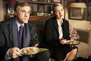 """Noch schmeckt der Kuchenrest vom Vortag gut: Kate Winslet und Christoph Waltz als das bürgerlichere Ehepaar in Roman Polanskis """"Der Gott des Gemetzels""""."""