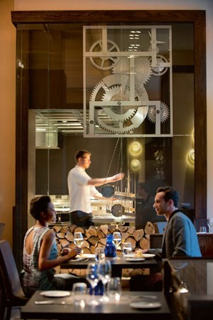"""Im """"Dinner"""" wird auf offenem Feuer auf einer Rôtisserie des Uhrenherstellers Ebel gekocht."""