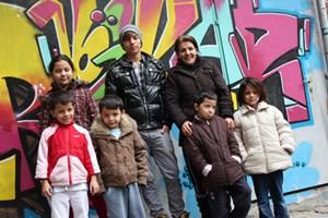 Die Familie nach der verhinderten Abschiebung: Mutter Khadija mit Sohn Farshad (2.Reihe v.rechts) und dessen fünf Geschwistern
