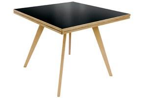 Der Quadratrundtisch, ein Meisterwerk von 1949, der sich auch in einen runden Tisch verwandeln lässt.
