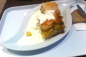 Derdiedas Erdäpfel-Lauch-Pita mit Schnittlauchsauce im Köstlich. Wird mir fehlen wie so vieles Vegetarische.Hauptspeise groß, macht auch ordentlich satt: 6,50 Euro.