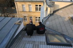 """Hier erklärt Nussbaum-Sekora einem Dachdecker, was zu tun ist. """"Bei den Dächern in Wien wundert es mich, dass nicht mehr passiert"""", sagt er trocken."""