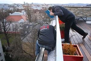 Der Spengler (re.) und die Reifeprüfung: Der Sachverständige checkt die Arbeiten an Dachvorsprung und Dachrinne.