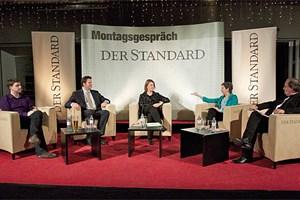 Fabio Reinhardt (Piratenpartei), Lukas Mandl (ÖVP), Daniela Musiol (Grüne), Barbara Prammer (SPÖ) und Moderator Gerfried Sperl beim Montagsgespräch.