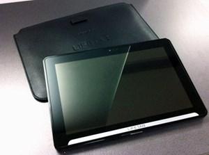 Mit Abmessungen von 26 x 18 x 1,3 cm und einem Gewicht von 720 g zählt das Tablet zu den Schwergewichten