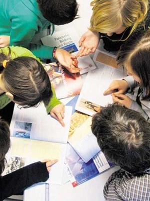 Schüler diskutieren die Inhalte ihrer Bücher: Sie gehen oft an der Lebensrealität der Kinder vorbei.