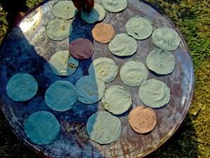 Nachfahren der Azteken bewirtschaften die künstlichen Inseln und bereiten für Besucher traditionelle Gerichte wie Tortillas,...
