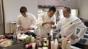 Ja, das dauert: Molekularkoch Ferran Adrià (ganz rechts und unten) beim Entwickeln neuer Gerichte.