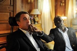 Der straßenweise Driss (Omar Sy) verhilft seinem Arbeitgeber Philippe (François Cluzet) zu allerhand neuen Erfahrungen.