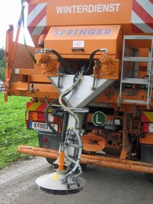 Die Vorrichtung ist auf den Drehtellern der Winterdienstfahrzeuge angebracht.