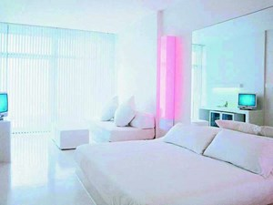 Farbe gibt es im Hillside Su Hotel im türkischen Antalya nur aus dem TV und aus künstlichen Lichtquellen. Es dominiert klinisches Weiß.