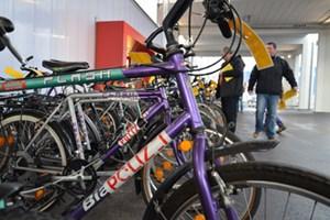 Die ausrangierten Polizeifahrräder wurden um bis zu 100 Euro pro Stück versteigert. Manche Bieter hoffen, dass die Polizei-Aufkleber abschreckend auf Diebewirken.