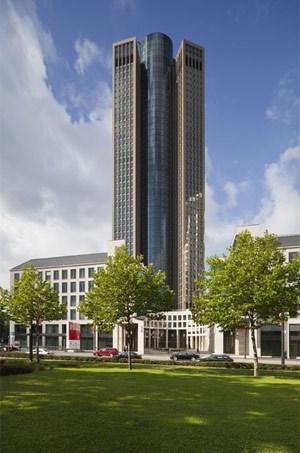 """200 Meter weit ragt der """"Tower 185"""" in den Frankfurter Himmel."""