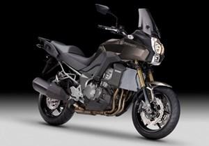 Kawasaki Versys 1000Motor: 4-Zylinder-4-Takt-MotorHubraum: 1043 ccmLeistung: 88,6 kW (118 PS) bei 9.000 U/minDrehmoment: 102 Nm bei 7.700 U/minEndantrieb: KetteRadaufhängung vorne: 43 mm USD-GabelRadaufhängung hinten: horizontal angeordnetes ZentralfederbeinBremse vorne: Doppelscheibenbremse, Ø 300 mm, 4-Kolben, ABSBremse hinten: Scheibenbremse, Ø 250 mm, 1-Kolben, ABSReifen vorne: 120/55 ZR17Reifen hinten: 180/55 ZR17Gewicht fahrfertig: 239 kgSitzhöhe: 845 mmPreis: ab 14.699 Euro