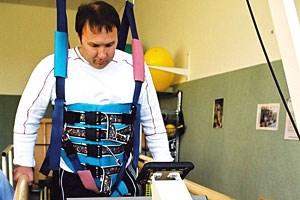 Mit Hilfe von Ergotherapie lernen Schlaganfallpatienten wieder Gehen.