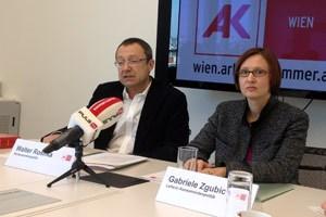 """Walter Rosifka und Gabriele Zgubic von der AK-Konsumentenpolitik: """"Nicht die Betriebskosten, sondern die Mieten sind die Preistreiber beim Wohnen."""""""