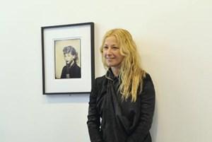 Gut gelaunt posierte die Virtuosin der Selbstinszenierung, Cindy Sherman, beim Wien-Besuch vor einigen ihrer Rollenbilder. Sherman, 56, zählt zu den wichtigsten Künstlerinnen und Fotografinnen der Gegenwart. Die Fotos der Amerikanerin zählen überdies zu den teuersten am Kunstmarkt (Höchstpreis 2,85 Millionen Dollar).