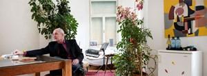 Links der Esstisch seiner Frau, rechts das Bild seines Schwiegervaters, im Hintergrund der Erker zum Musizieren: Stefan Sterzinger in Wien-Wieden.