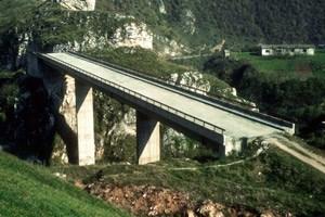 """Das Foto einer Brücke am Stadtrand von Sarajevo von Nebojša Šerić Shoba war titelgebend für die Schau im Kunstverein Rotor: """"Seid realistisch, fordert das Unmögliche!"""""""